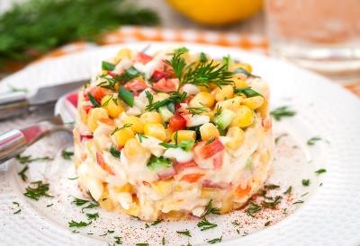 Салат с крабовыми чипсами классический