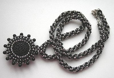 колье чёрно-серебристое с двусторонним кулоном