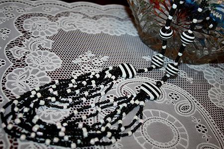 чёрно-белое колье