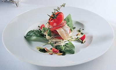 филе норвежской сельди с салатом из молодых побегов зелени
