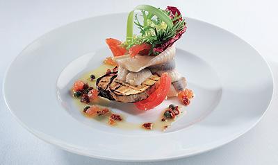 филе норвежской сельди с картофелем-гриль и соусом из томатов и каперсов