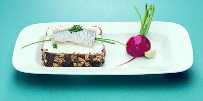 филе норвежской сельди с домашним сыром, свежим редисом и хлебом из непросеянной муки