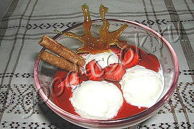мороженое с клубничным соусом