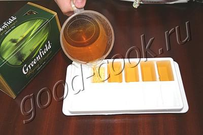 напиток из зеленого чая и клубники