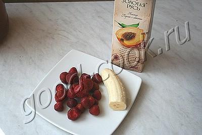 бананово-клубничный коктейль на соке