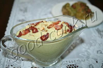 соус из брокколи с беконом и орехами