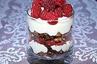десерт из шоколадного теста, сметаны и ягод