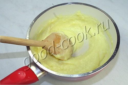 клубничный десерт с кремом и сливками