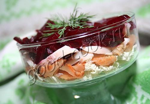 салат со свёклой, капустой, грибами и кальмарами