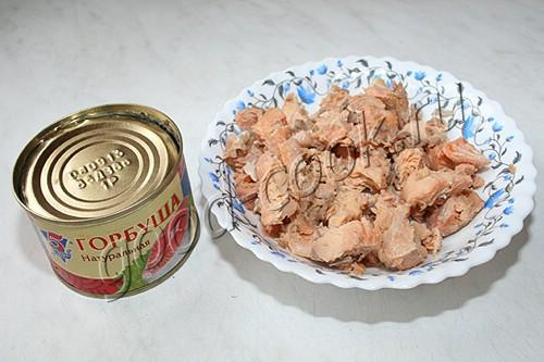 салат с рисовой вермишелью и консервированным лососем