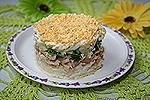салат с сырным рисом и кальмарами