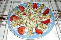 салат из свежих овощей с куриными палочками