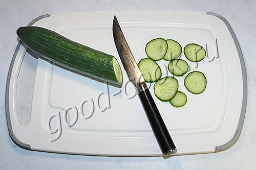 салат с рисом и рыбными фрикадельками