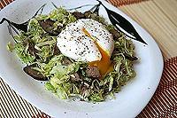 капустный салат с куриной печенью и яйцом-пашот