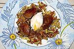 теплый салат с куриной печенью, кабачками и яйцом-пашот
