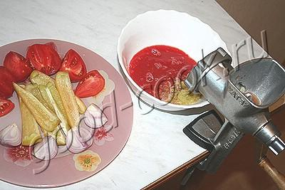 баклажановая закуска со свежими помидорами и перцами
