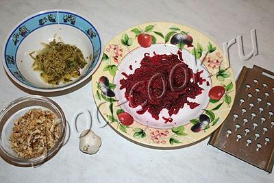 салат свекольный с огурцом и орехами
