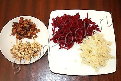 салат свекольный с яблоком и изюмом