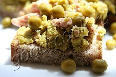паштет из печени трески с зеленым горошком