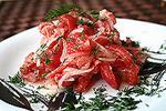 салат из копченого лосося с помидорами и луком