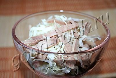 острый салат из языка и капусты