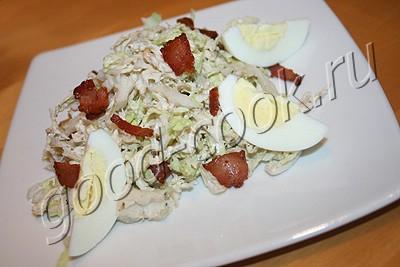 салат из пекинской капусты с беконом и яйцом