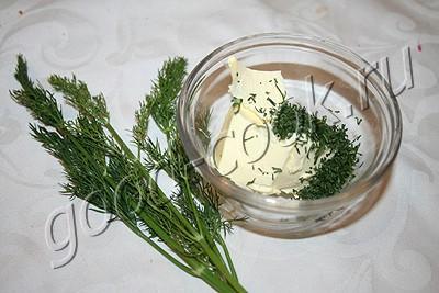 канапе с соленой сельдью и укропным маслом