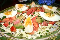 салат из капусты с копчёным лососем, помидорами и яйцами