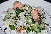 рисовый салат с консервированным лососем и огурцами