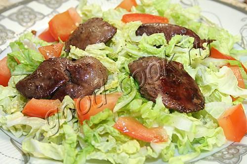 салат из капусты с куриной печенью и помидорами