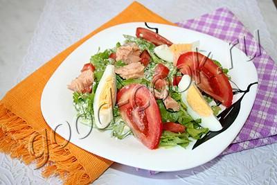салат с консервированным лососем и творожной заправкой