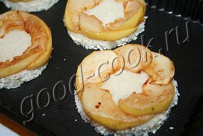 канапе с куриной печенью, яблоками и луком