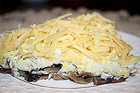 легкий салат с курицей и грибами