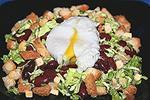 фасолевый салат с сухариками и яйцом-пашот