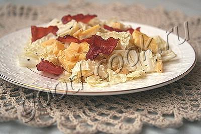 салат из капусты с омлетом, беконом и сыром