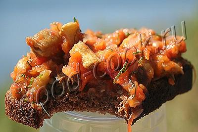 салат из печеных баклажанов со свежими помидорами