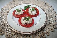 помидорные дольки с орехово-сырной смесью