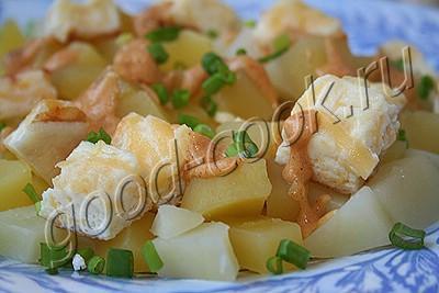 горячий картофельный салат с сырным омлетом
