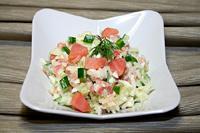 салат с копчёным лососем, рисом и огурцом