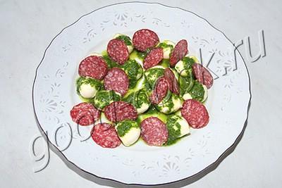 итальянский салат с моцареллой и салями