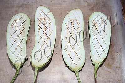 запеченные половинки баклажанов с помидорами