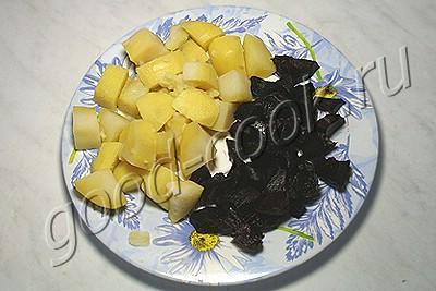 теплый картофельно-свекольный салат с мясом