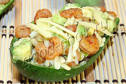 салат из креветок, авокадо и сыра