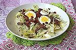 зелёный салат с грибами и беконом