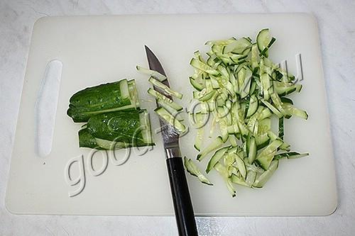 салат из жареного мяса с огурцами