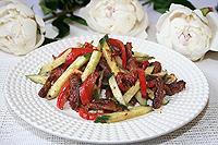 салат из жареной говядины с ореховой заправкой