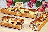 запечённый багет с фаршем и сыром