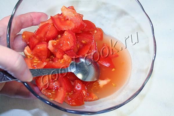 салат с курицей, помидорами и сухариками
