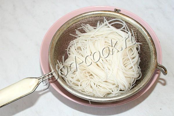 салат с рисовой вермишелью и жареной курицей