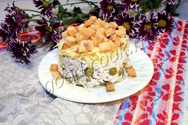 куриный салат с горошком, сыром и сухариками